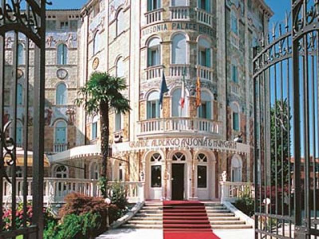 Al Lido di Venezia tra star del cinema e palazzi Liberty