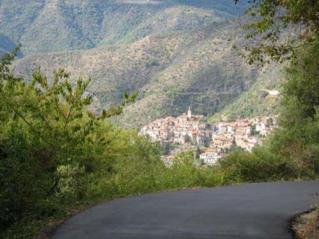 Sole, passeggiate e ulivi tra i monti di Apricale