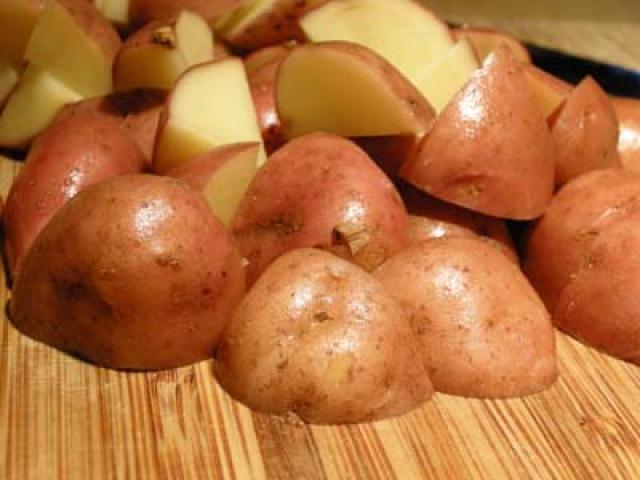 Si raccoglie a giugno la vera patata novella campana