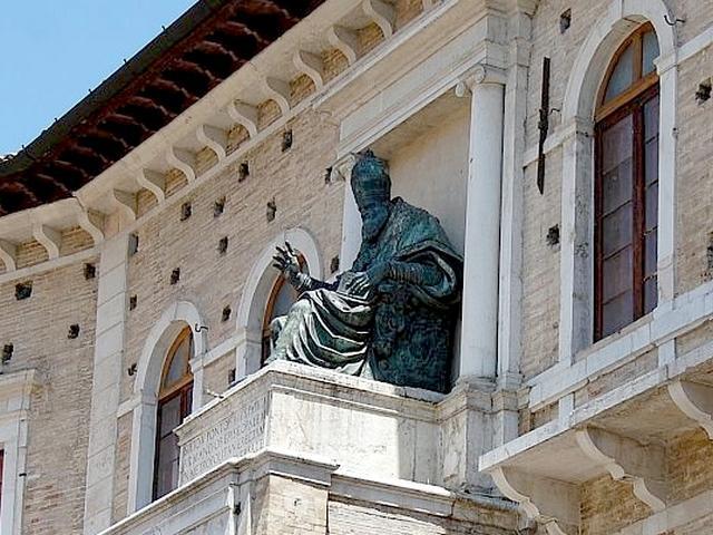 Statua di Sisto V - Palazzo dei Priori
