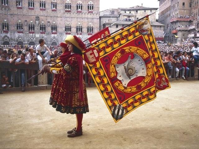 Bandiere del Palio di Siena