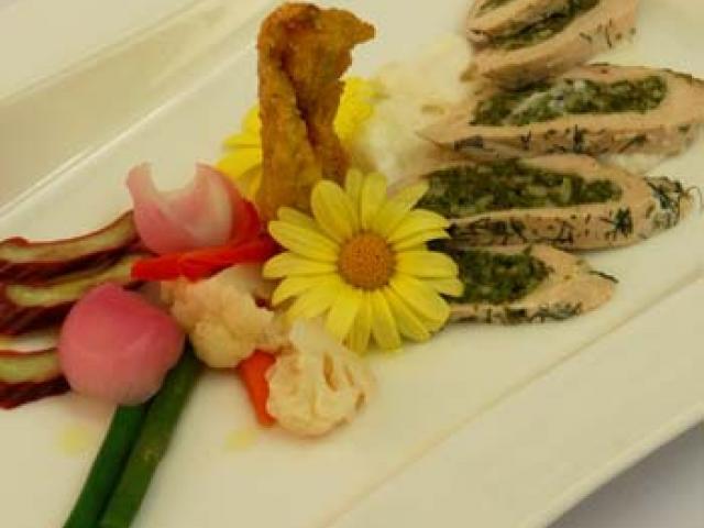 Petto di Faraona ai Germogli Selvatici, Fiore di Zucca Fritto, Verdure in Agro e Salsa Fredda al Parmigiano