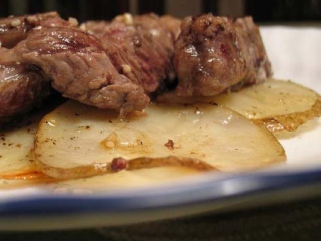 Tegame di agnello al forno con patate, funghi e lampascioni