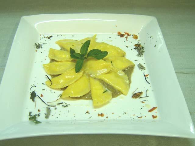 Mezzelune di burrata con coulis di melanzana
