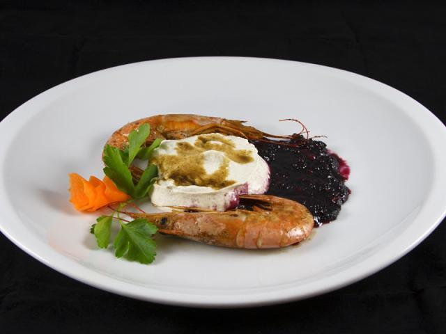 Mousse di ricotta al pepe verde con Gamberoni flambati all'Armagnac in Crema Glassata ai Mirtilli