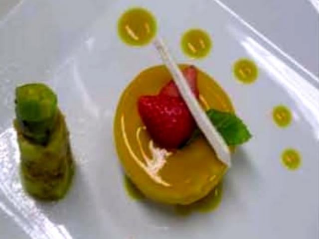 Bavarese ai fichi d'India con grissini di meringa e salsa al mango