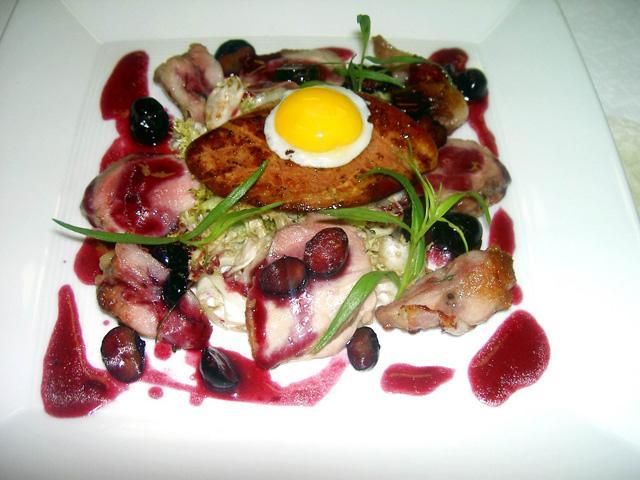 Insalatina di quaglia e foie gras con salsa vin santo e mirtilli