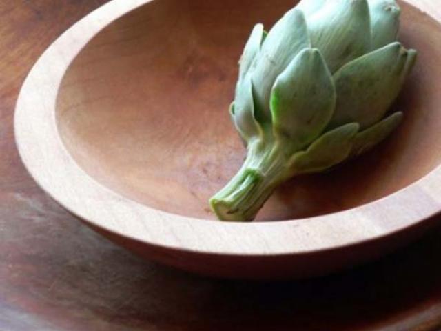 Mousse ai carciofi violetto con tenerezza di caprino e basilico