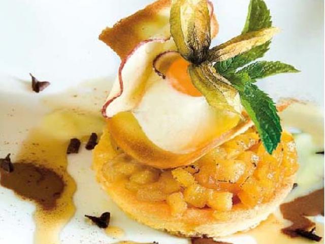 Torta scomposta alle mele di Leno con crema di gelato al calvados e sciroppo di acero