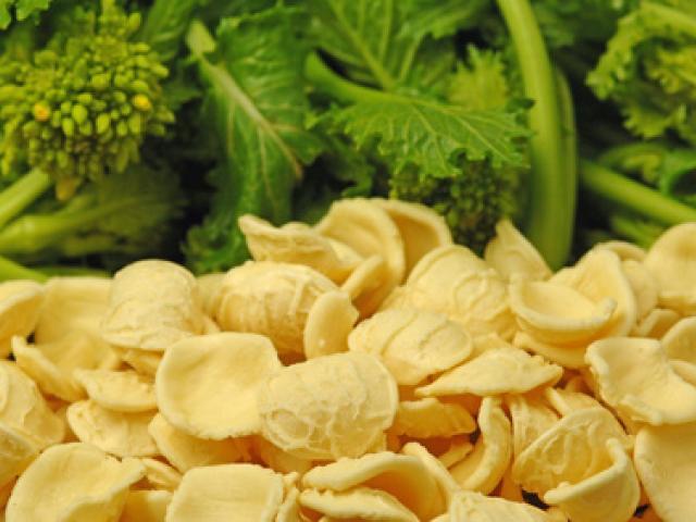 Orecchiette con colatura di alici di Cetara, vongole, broccoli e pane raffermo