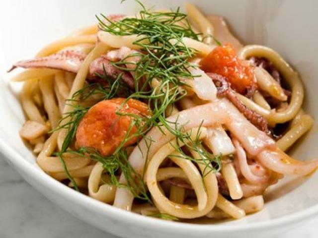 Linguine con seppioline, pomodorini, capperi e olive taggiasche