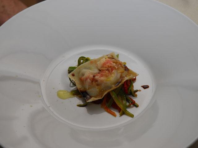 Raviolo trasparente su leggero carpione di verdure