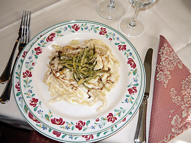 Strozzapreti al Pecorino di fossa e zucchine fritte
