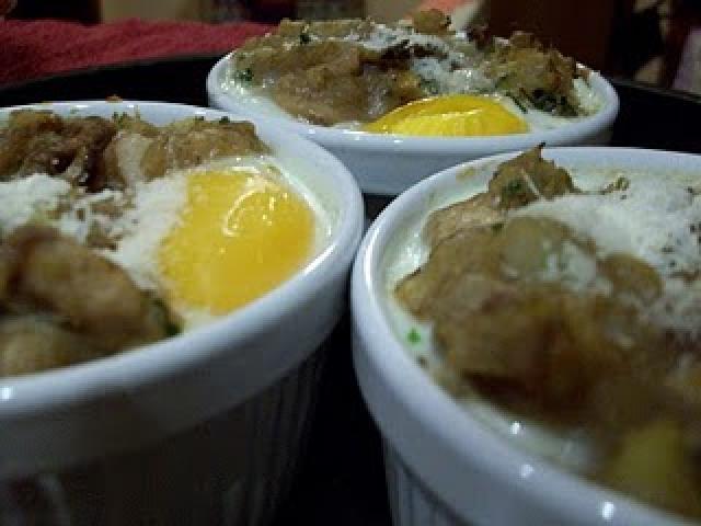 Patate e funghi in cocotte con uova di quaglia