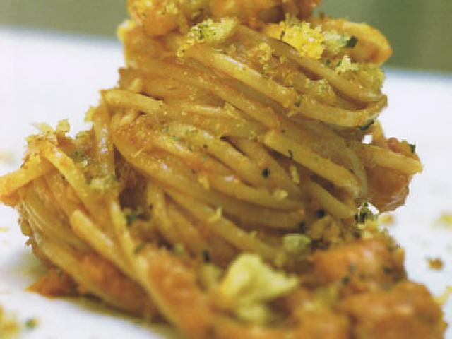 Linguine con sugo di baccalà, salsa di noci e mollica fritta