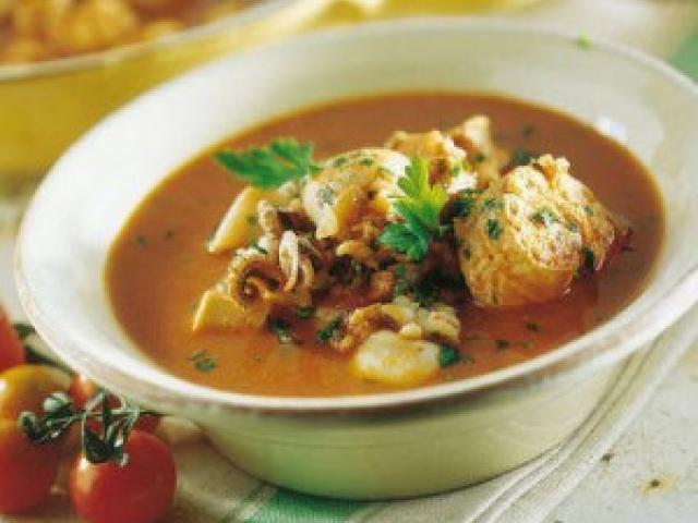 Zuppa di calamaretti, scarola e fagioli dall'occhio