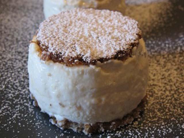 Dessert di ricotta e pere con cialde di torroncino