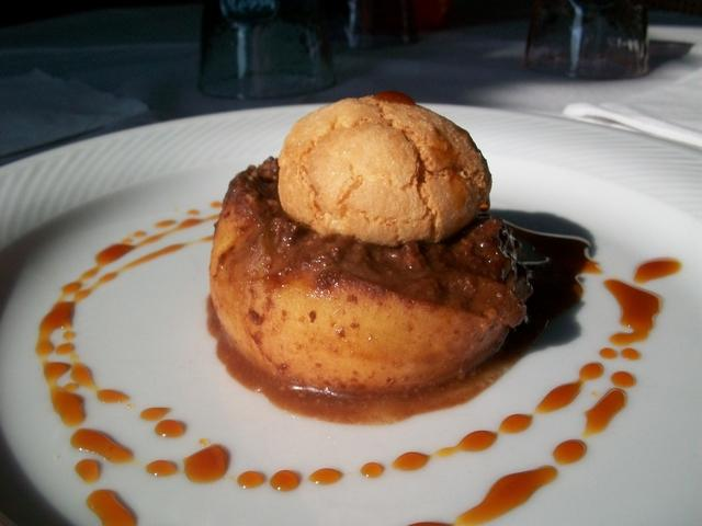 Pesche ripiene al cioccolato e amaretti di Mombaruzzo con gocce di sciroppo di Mugolio