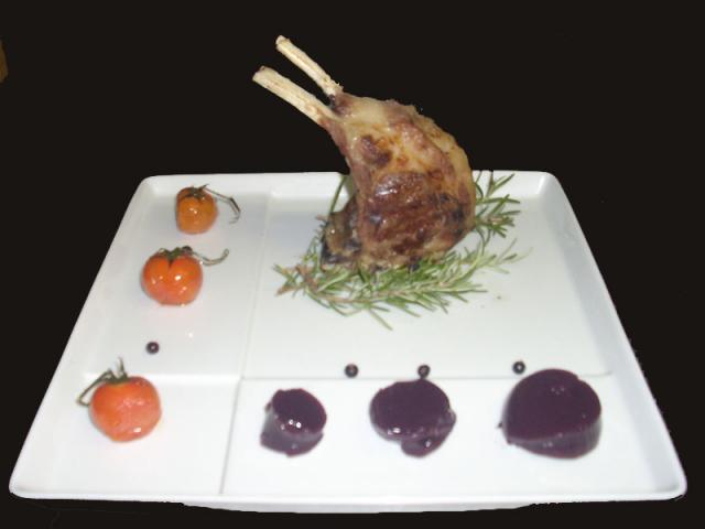 Grigliato di carrè d'agnello con pachino  affumicato e gelatina di vino rosso