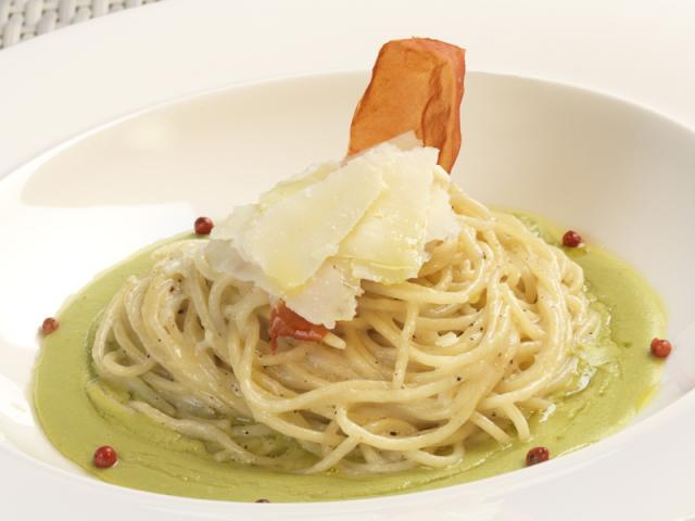 Spaghetti con germe di grano, pesto di fave fresche, pecorino e pepe nero