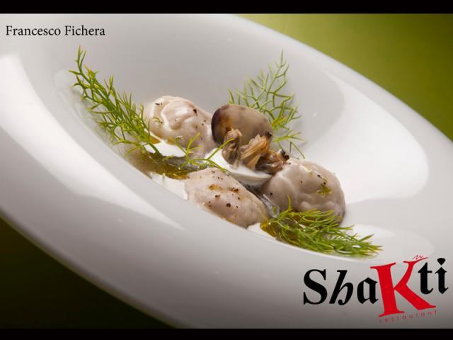 Ravioli di tonno a punta di coltello con frutta secca e finocchietto selvatico, all'acqua di mare e crema di pecorino romano