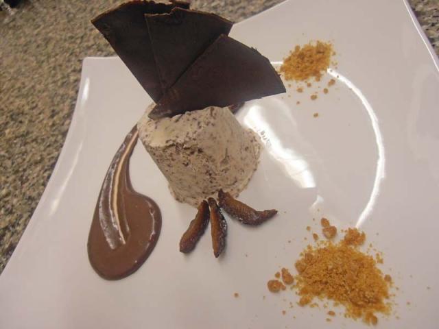 Parfait alle prugne secche con scagliette di cioccolato
