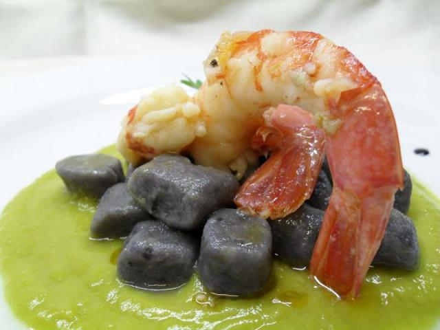 Gnocchetti di patate viola con crema di asparagi verdi e gamberi in olio cottura