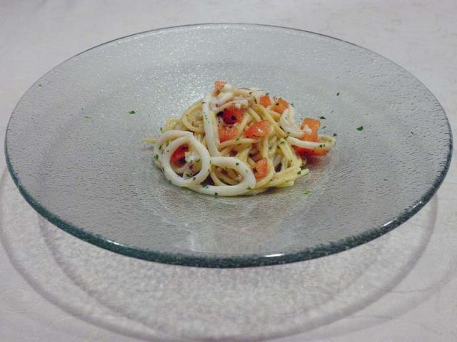 Spaghetti di Gragnano ai calamaretti, cipollotto, peperoncino olio e limone