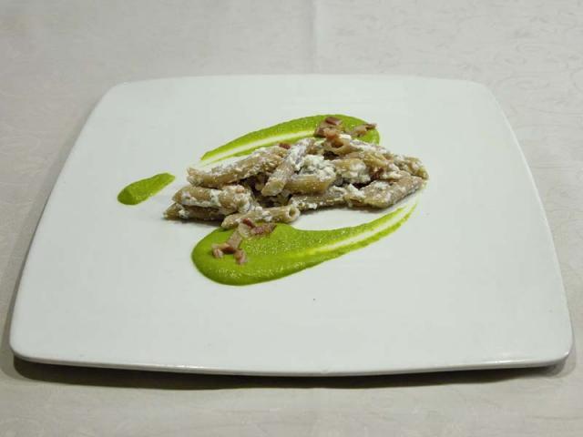 Pennette al farro con pancetta affumicata, ricotta di capra e crema di piselli