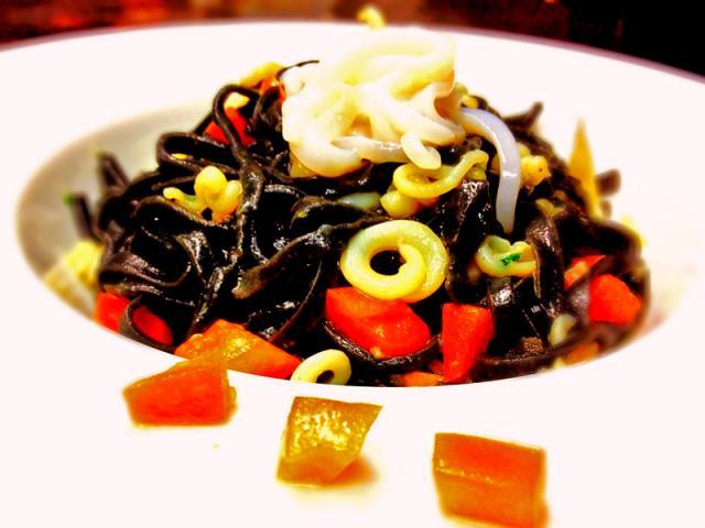 Tagliolini al nero, julienne di seppie cotte e crude, basilico, teste di limone e arancio e pomodoro acerbo