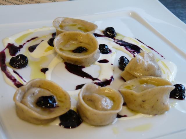 Tortelli di farina di kamut ripieni d'anatra al rosmarino, con crema di raschera D.O.P. e mirtilli