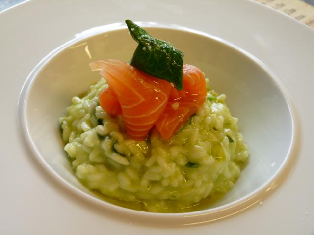 Riso mantecato al succo di spinaci con lamelle di salmone affumicato al faggio