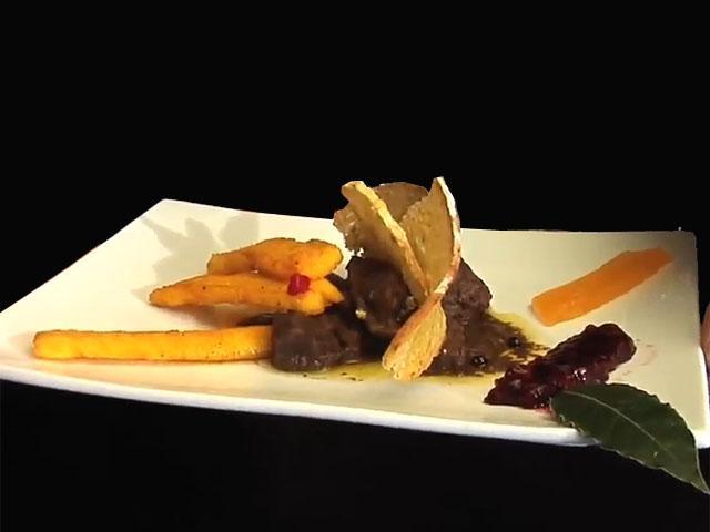 """Cinghiale alla """"Montebottigli"""", crakers ai tre pani toscani, con gelatine alla frutta  e bastoncini di polenta fritta"""