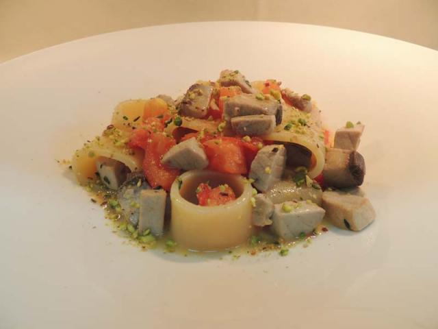 Calamarata al pomodorino fresco con pesce spada e pistacchi di bronte