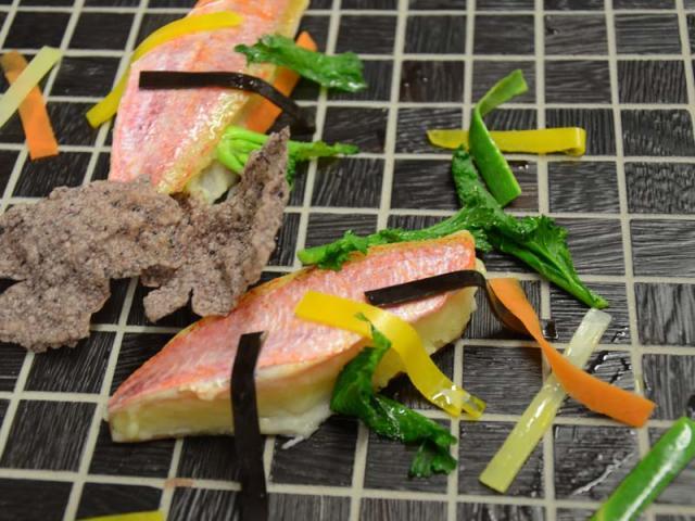 Sandwich Di Triglia Con Panata Al Peperone Dolce E Varietà Di Vegetali E Cialda Di Riso Venere Soffiata