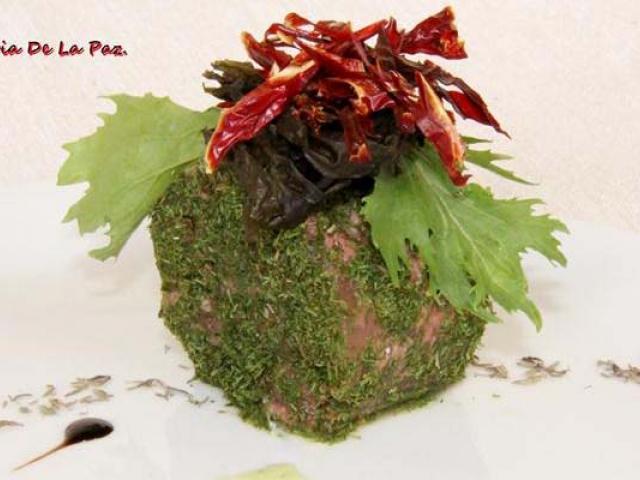 Terrina d'anatra alle erbe di Provenza, guarnita con peperoni rossi fritti, alghe kombù, mosto cotto e crema al lime
