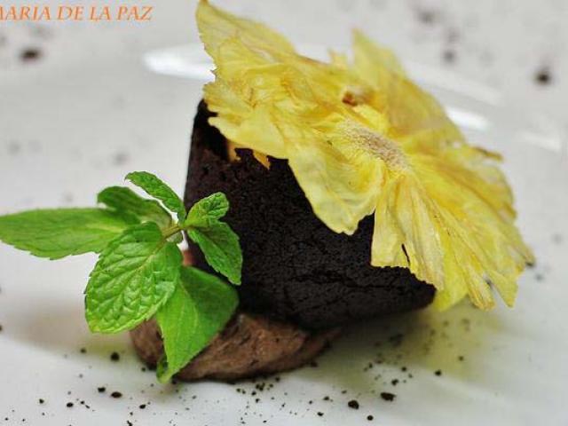 Spuma di zafferano in cialdina di cacao amaro, ananas disidratato, mousse di liquorizia