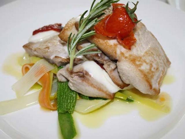 Sandwich di tonno fresco con pomodori confit, capocollo di martina franca e bufalina