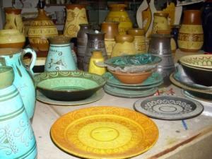 Vasi e piatti in ceramica