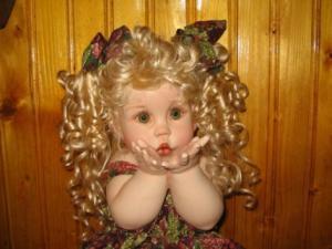 Bambola con capelli biondi
