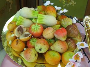 Dolci frutti con cuore di nocciola