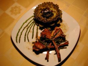 Agnello alle erbette aromatiche e asparagi di bosco