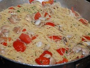 Spaghetti con vongole parasse e pachino piccante