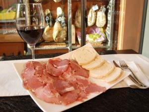 Prosciutto e vino in degustazione a La paltina