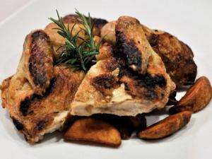 Galletto amburghese agli aromi e senape antica con patate rustiche