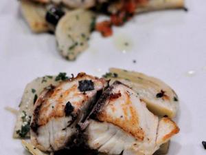 Ombrina scottata su pelle con finocchi e olive Taggiasche