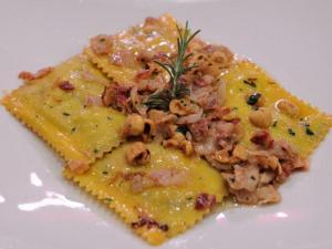 Raviolo di ricotta di bufala e foglie di spinaci con burro nocciole piemontesi pancetta e cipollotto