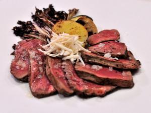 Tagliata di manzo Scottona con scaglie di ricotta salata e verdure di stagione grigliate