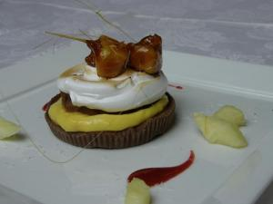 Crostatina al cacao con crema al rum con cremoso al cioccolato e ananas caramellato
