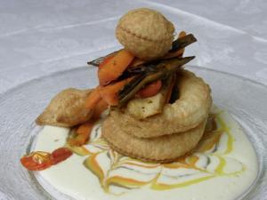 Cestino vegetariano con verdure saltate su fonduta all' asiago dop